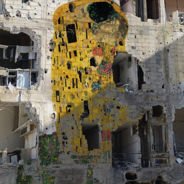 428173 478561105541445 2041287565 n 600x600 Syrian artist goes viral with Klimt's The Kiss