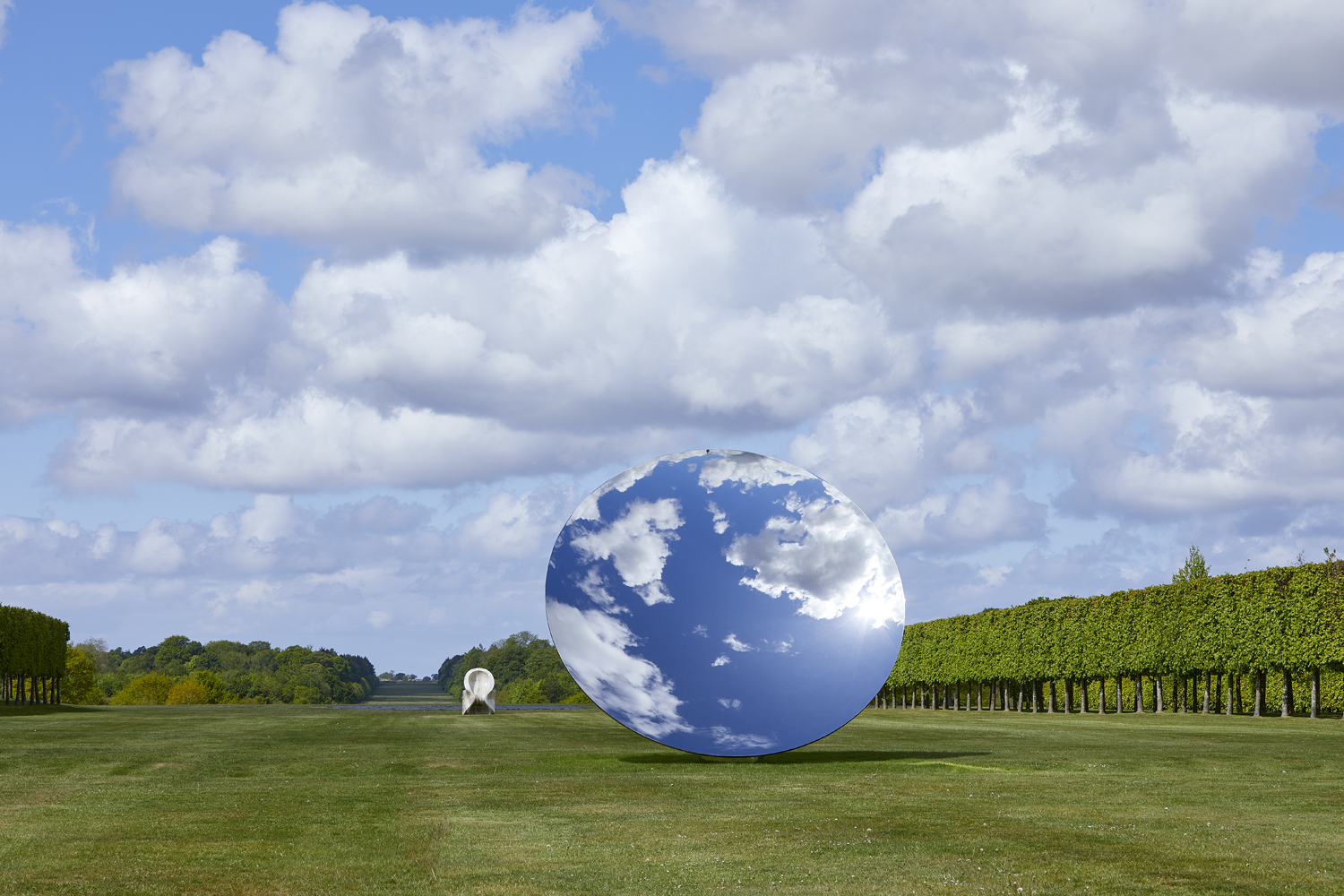 FAD MAGAZINE Anish Kapoor, Sky Mirror, 2018 and Eight Eight, 2004 (behind) © the artist and Lisson Gallery