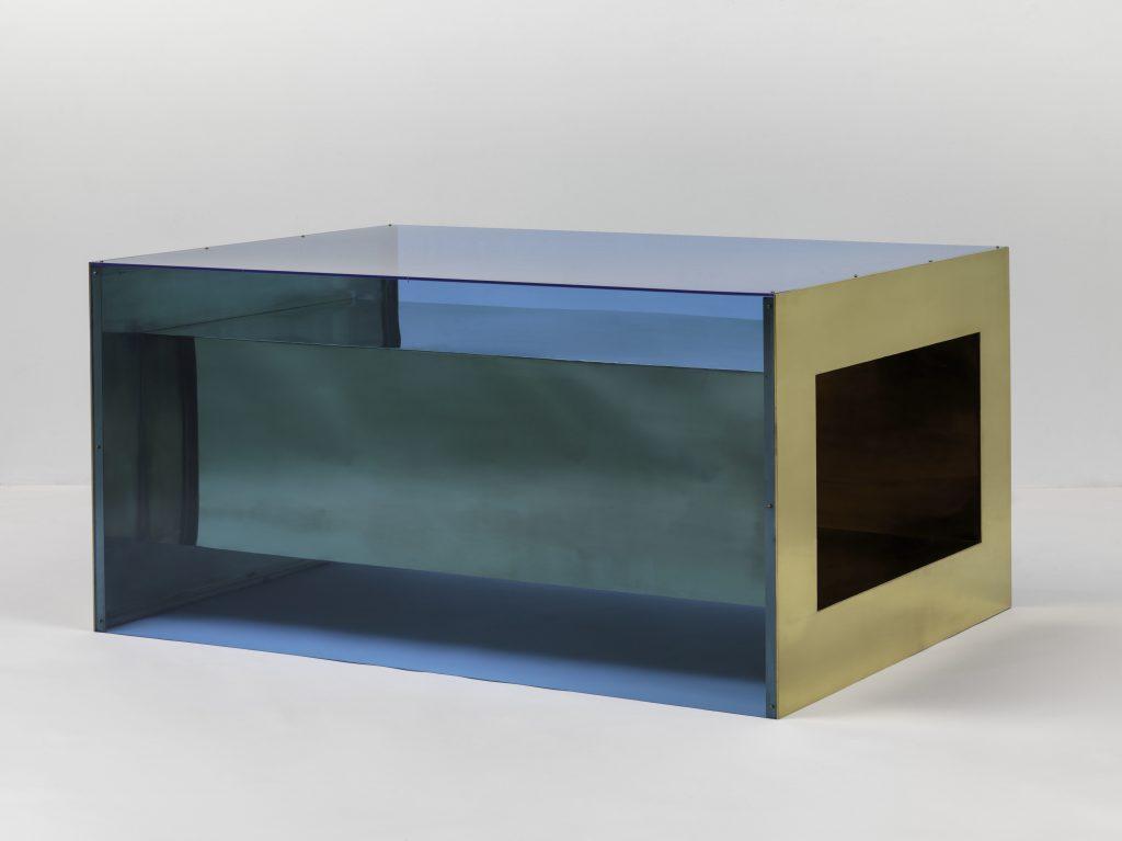 Donald Judd. Untitled. 1973. Brass and blue Plexiglas, 33 × 68 × 48? (83.8 × 172.7 × 121.9 cm). Solomon R. Guggenheim Museum, New York, Panza Collection, 1991 © 2020 Judd Foundation / Artists Rights Society (ARS), New York FAD MAGAZINE