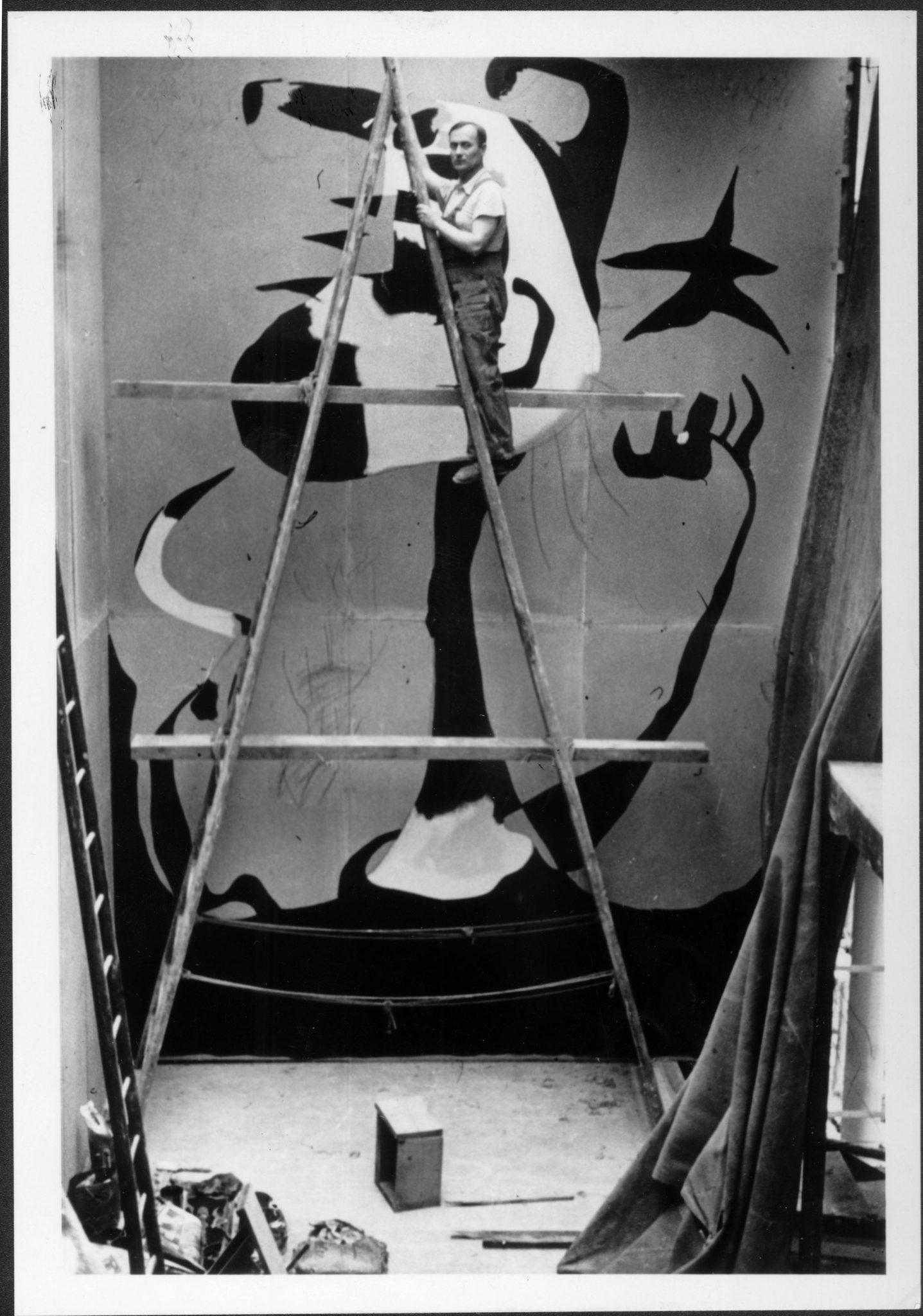 Joan Miró painting El Segador (The Reaper), 1937. © Successió Miró, 2016. Successió Miró Archives.