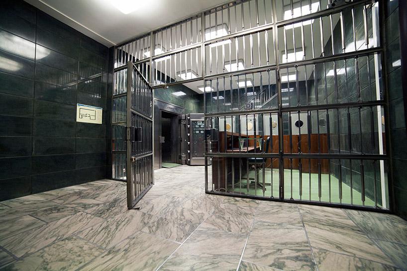 bank-robbery-under-black-carpets-designboom18