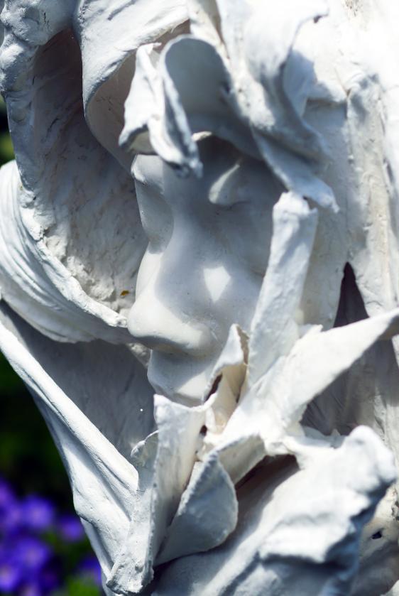 Quantum artist, Jasmine Pradissitto creates sculpture ' Flower Girl' that cleans the air.