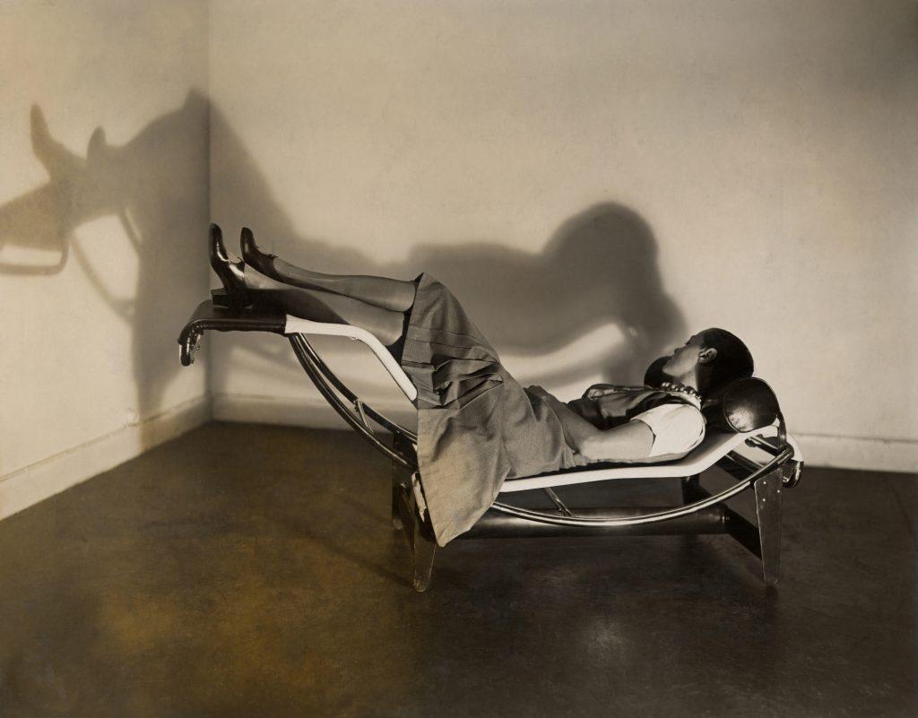 Charlotte Perriand sur la « Chaise longue basculante, B306 », (1928-1929) – Le Corbusier, P. Jeanneret, C. Perriand, vers 1928 © F.L.C. / ADAGP, FAD MAGAZINEParis 2019 © ADAGP, Paris 2019 © AChP