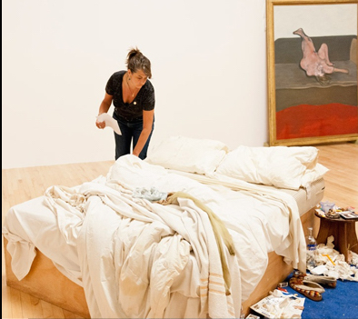 Tracey Emin Makes her bed